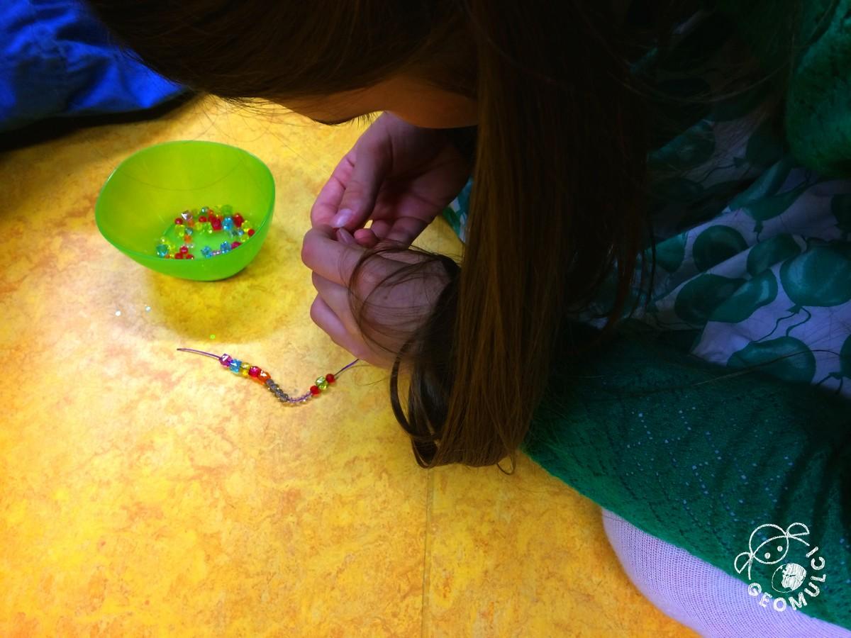 Vsak si izbere perle različnih velikosti in barv