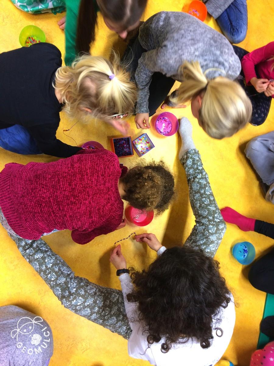 Vsak udeleženec zabave si izbere svoje perle za zapestnico