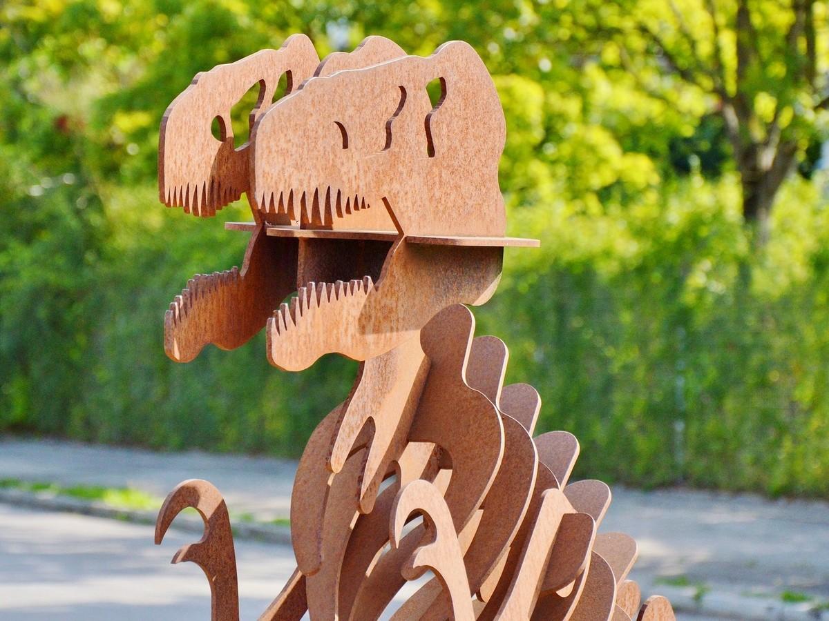 Sestavljeno okostje lesenega dinozavra