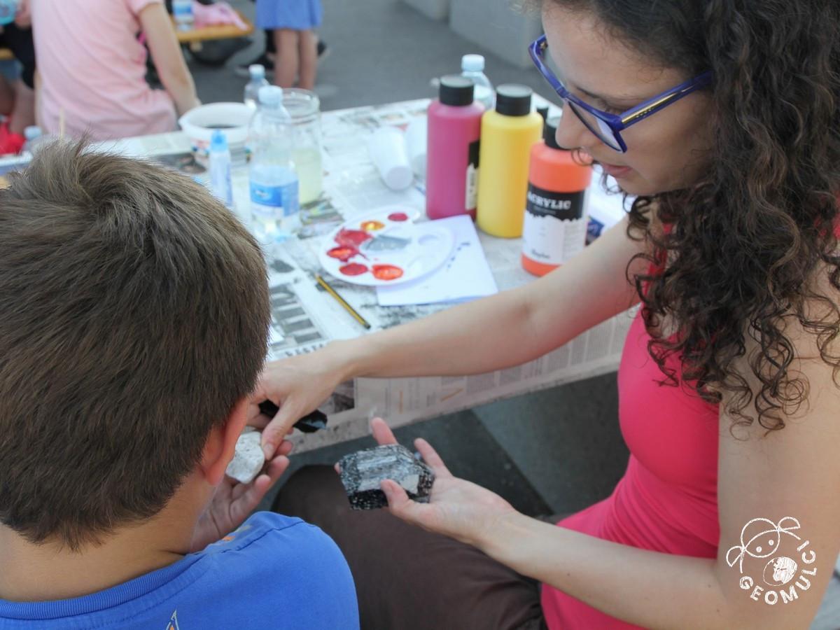 Otroci spoznavajo vulkanske kamnine